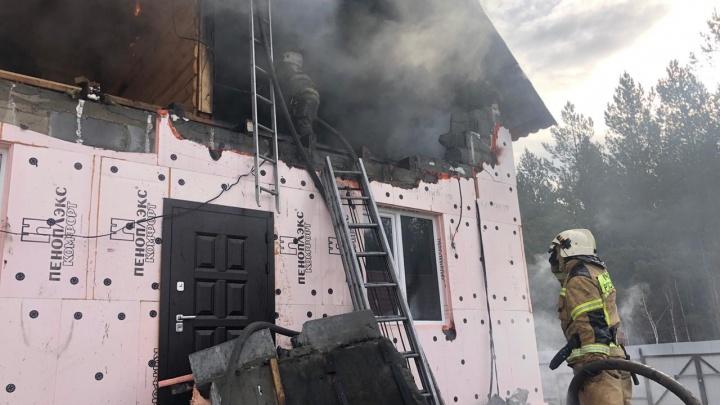 На Урале пожарный погиб при тушении дома