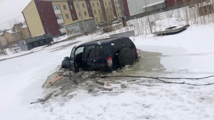 В ХМАО «Нива» утонула в луже, пассажирка попала в больницу. Вот видео эпичного водоема
