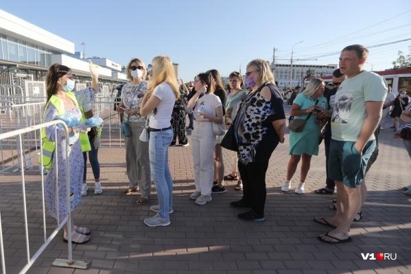 Волгоградцам, которые идут на концерт группы «Руки Вверх!», медицинские маски раздают бесплатно