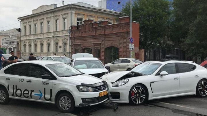 Водитель Porsche не справился с управлением: в ГИБДД рассказали подробности ДТП в центре Екатеринбурга