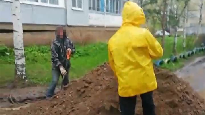 «Асфальт-то где?»: ярославцы сами землей заделали ямы во дворе