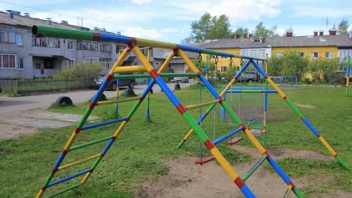 В Архангельске демонтируют аварийные элементы на детских площадках. Показываем, где