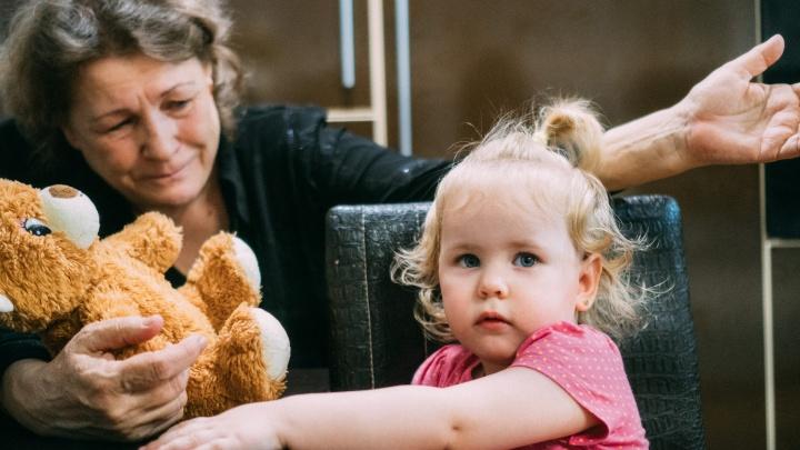 «Бабушка, вдруг мама не выздоровеет?»: история омички с раком, которая добилась перелета в Петербург