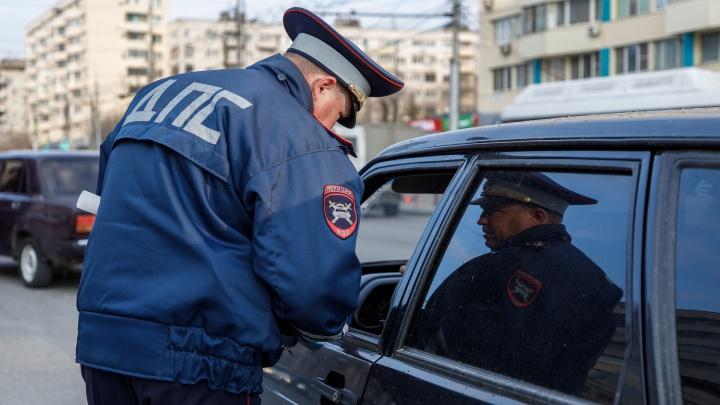 В Волгограде 41-летняя женщина отхлестала по лицу сотрудника ДПС