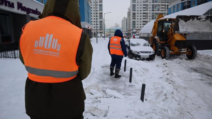 Плохую уборку снега в Академическом объяснили необычной планировкой района