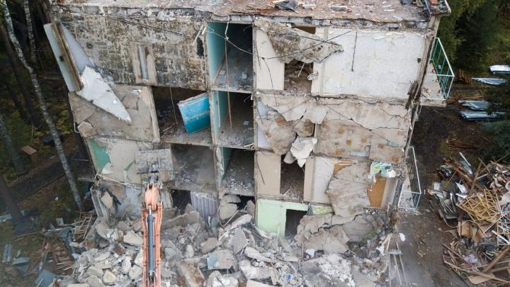 В Новосибирске сносят общежитие НГУ — впечатляющие кадры, как исчезает известное здание