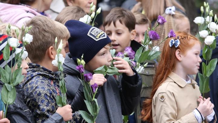 С какими букетами пришли на линейки челябинские школьники и что сделали с цветами заскучавшие ученики (забавные фото)