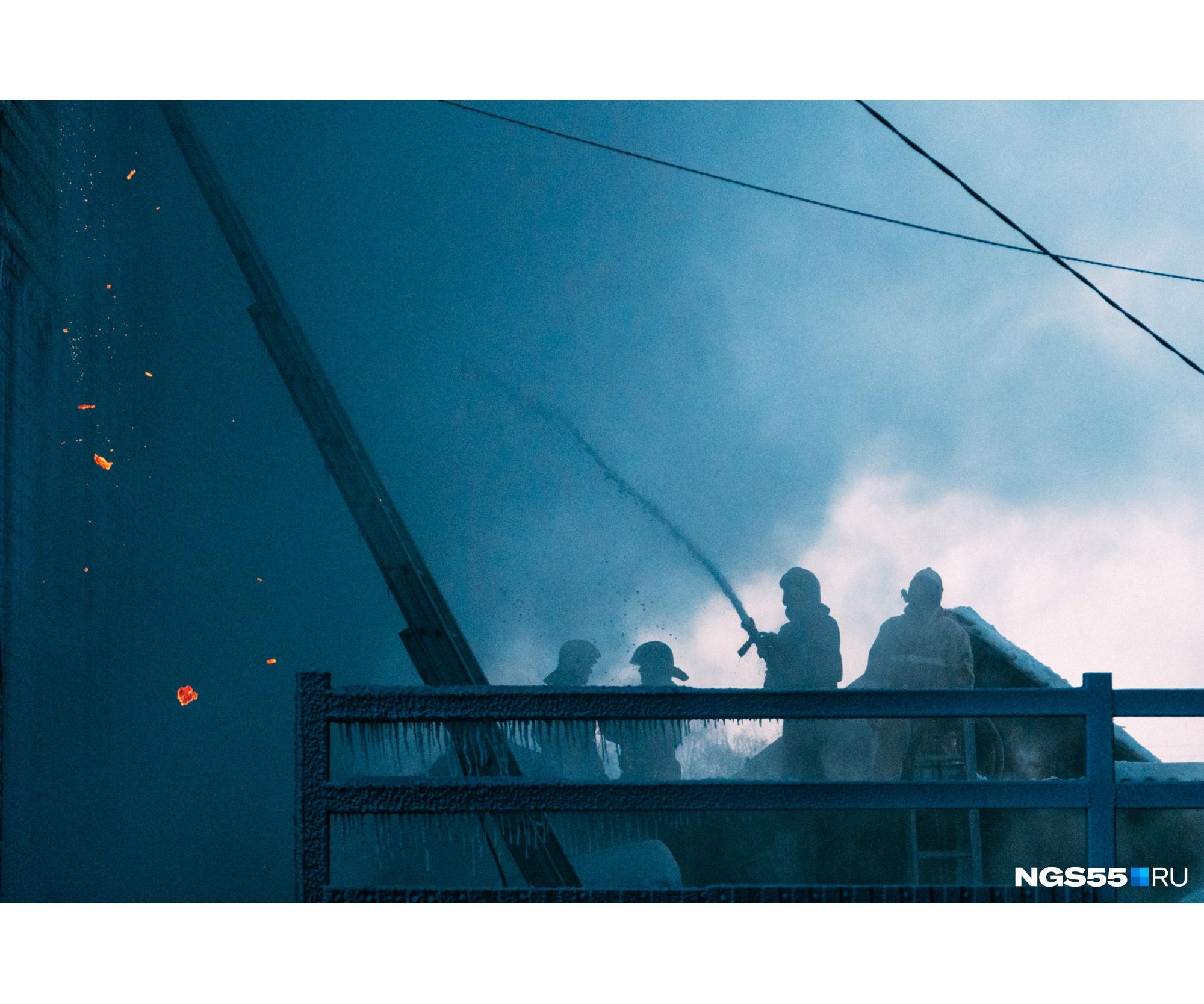В зимних сумерках происходящее было похоже на кадры из фильма-катастрофы