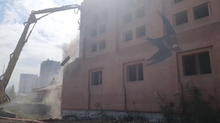 Строители рассказали, когда сровняют с землей гостиницу «Дели» у цирка