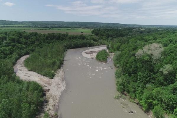 У реки Белой очень быстрое течение