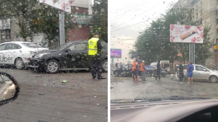 «Одна машина дымится»: массовое ДТП заблокировало движение по улице Титова в сторону площади Маркса