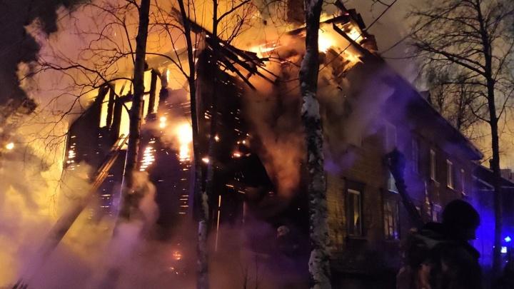 Жители переулка Водников показали, что происходило перед ночным пожаром в деревянном доме