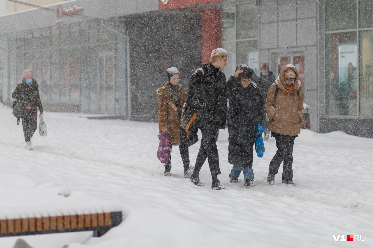 Смелая молодежь даже в снег форсила без шапки