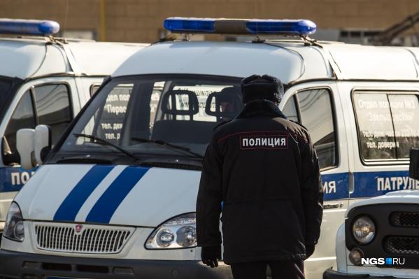 Сотрудники полиции попытались угомонить одного из мужчин, но у них не получилось его убедить
