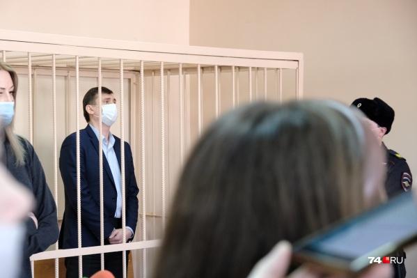 Олег Извеков предстал перед судом в том же костюме, в котором вчера пришел на работу, не предполагая, что окажется в наручниках