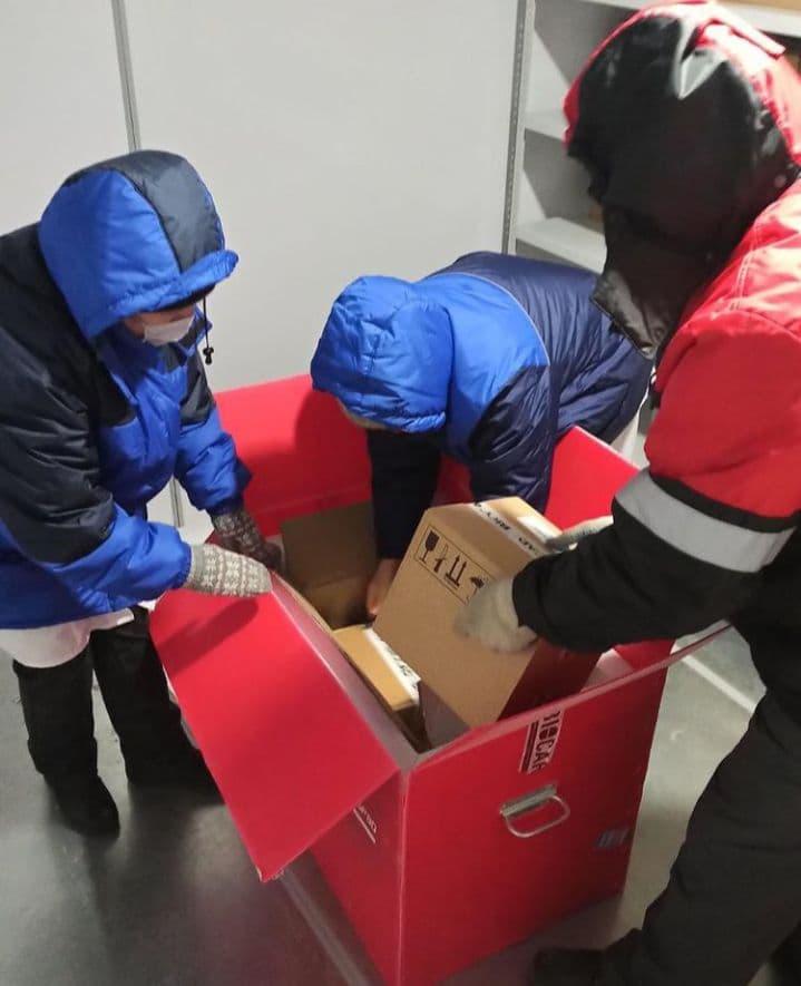 Вакцину повезут в поликлиники и больницы в специальных холодовых контейнерах