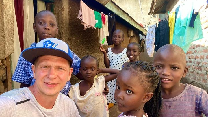 Как новосибирец ездит кормить детей в Африку. Там живут в глиняных домах, а за доброе дело могут убить