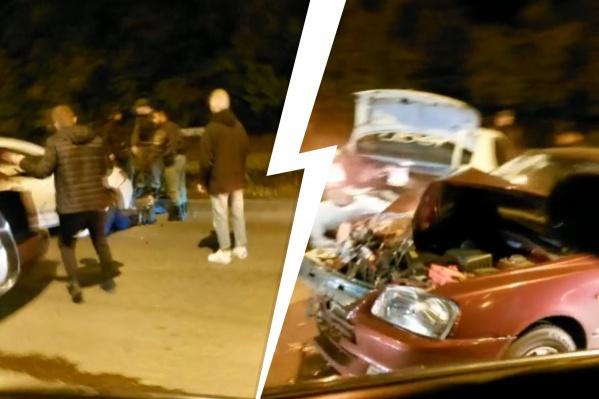 Водитель Hyundai влетел в стоящие машины и водителей