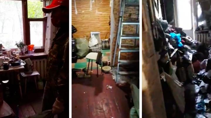 «Вывезли три КАМАЗа мусора»: красноярскому «Плюшкину» помогли очистить забитую доверху мусором квартиру