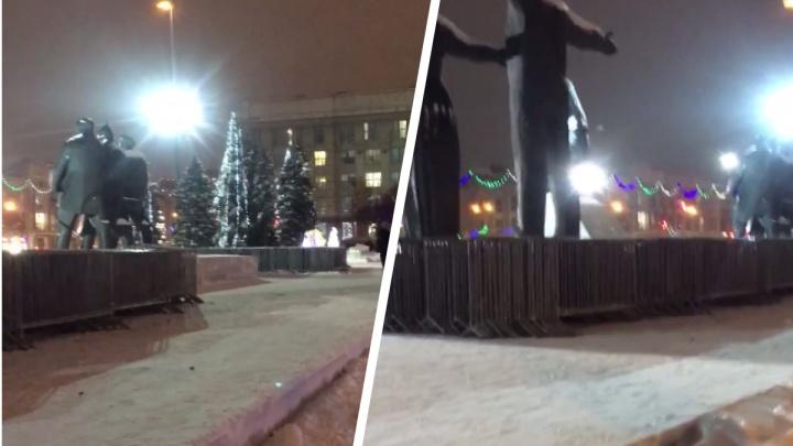 В центр Новосибирска привезли ограждения— полиция не знает для чего