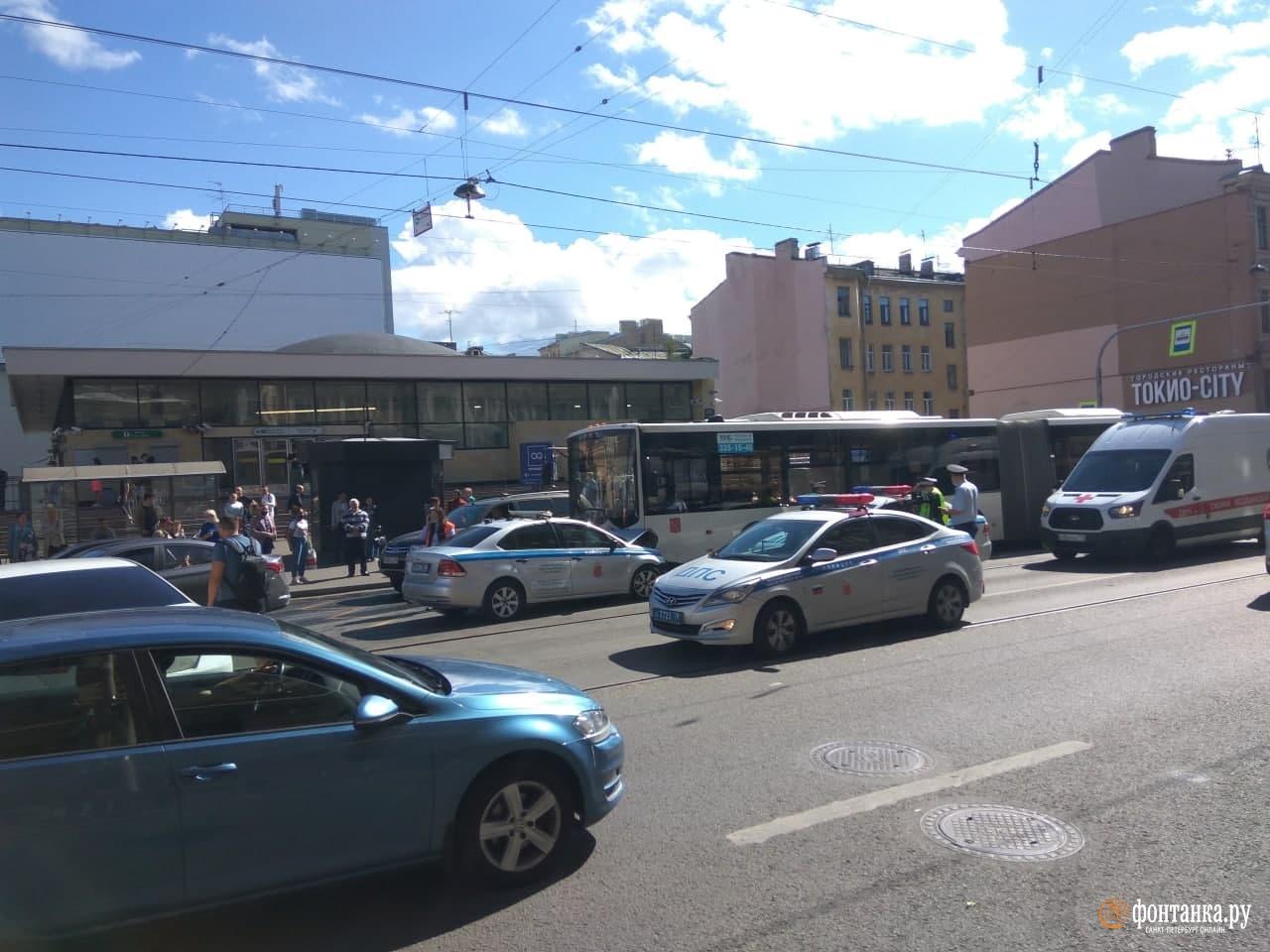 у станции метро «Василеостровская»