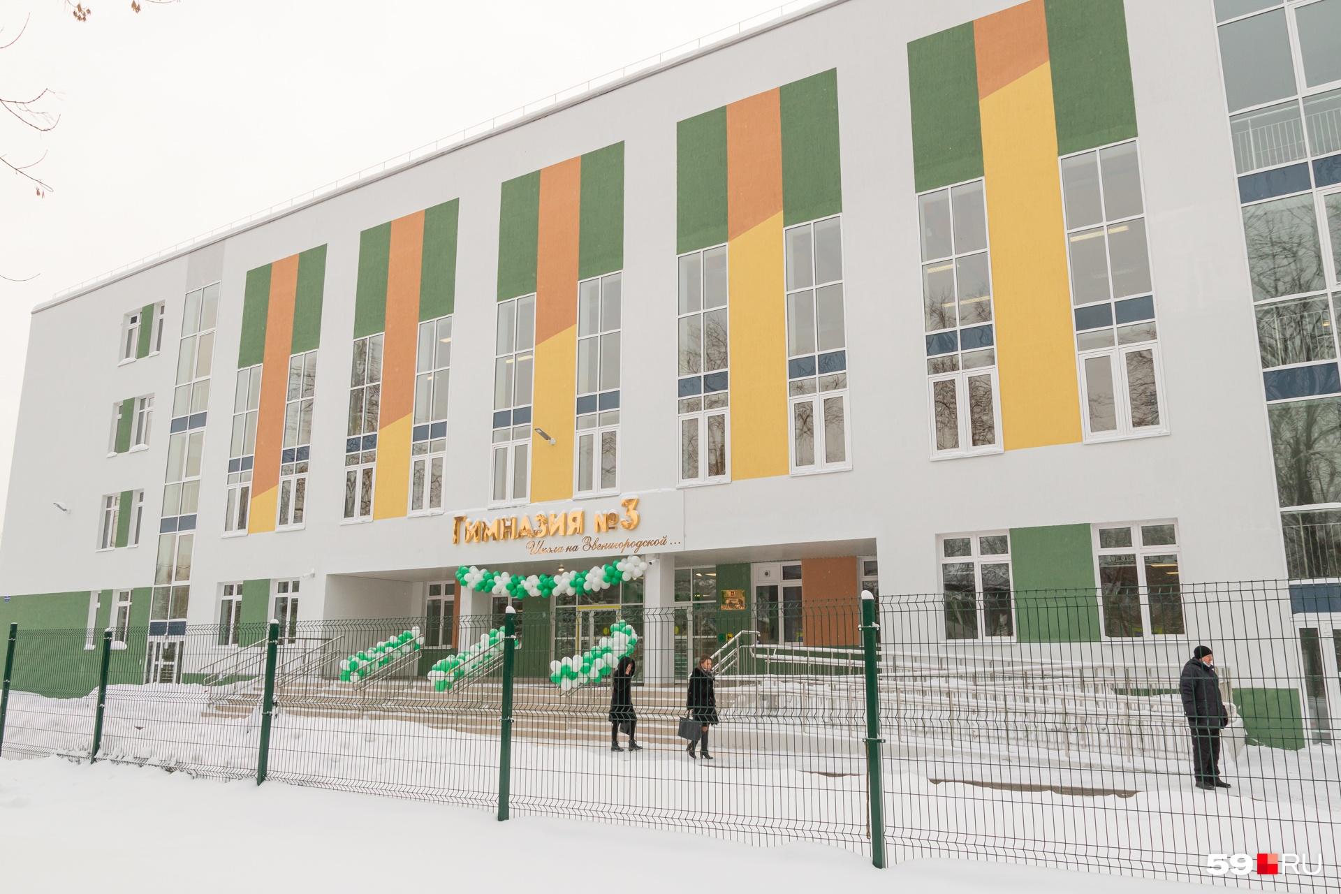 А так выглядит школа снаружи