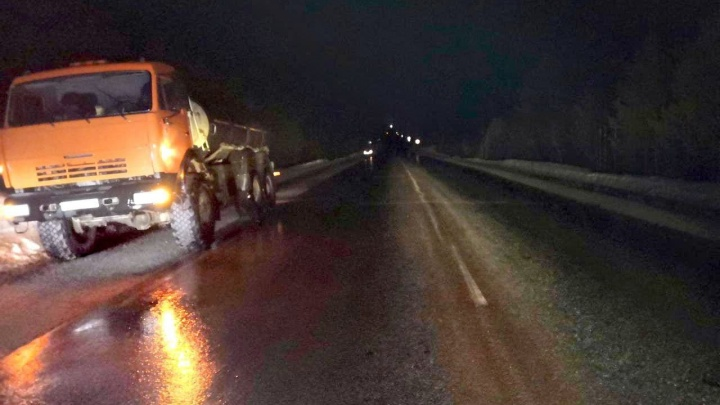 Пешехода в ХМАО сбили дважды: водители КАМАЗа и «Лады» не увидели его в темноте