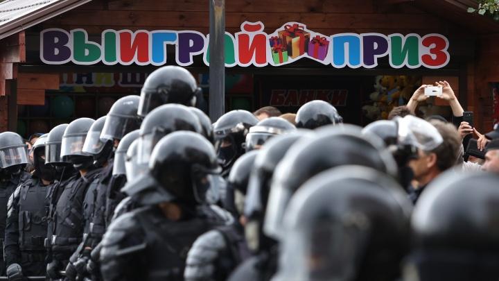 «Это был урок мужества»: в полиции ХМАО объяснили видео, где школьники играют в ОМОН и протестующих