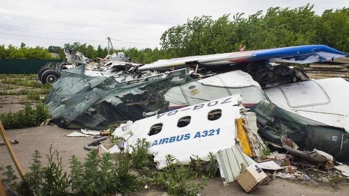 Самолет «Уральских авиалиний», севший в кукурузном поле, лежит заброшенный в Подмосковье. Обломки даже не охраняют