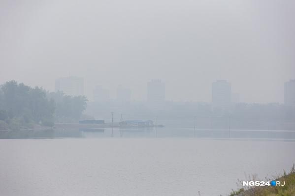 Периодами Красноярск накрывает густой дым
