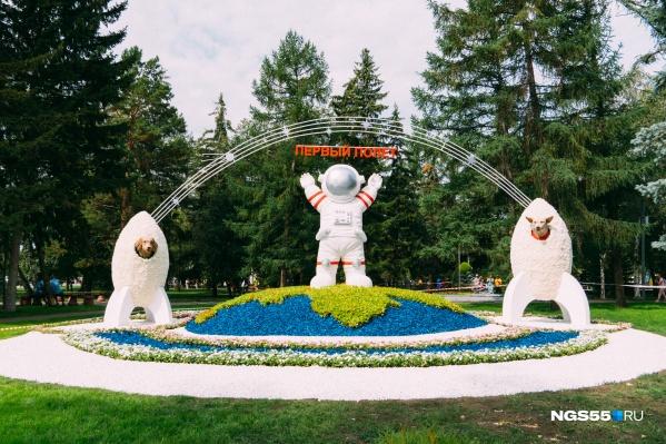 Композиция «Флоры-2021», напоминающая о первом полете человека в космос. Рядом с ним — знаменитые собаки Белка и Стрелка