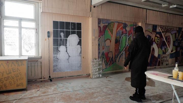 Архангелогородец устроил в заброшенном магазине выставку граффити. Попасть на нее можно через окно