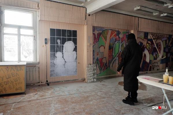 В здании можно посмотреть не только на граффити и разрозненные надписи