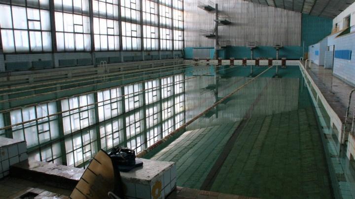 Виниловые пластинки, потерянный кулон и прыжки с вышки: чем новосибирцам запомнился уже разрушенный бассейн СКА