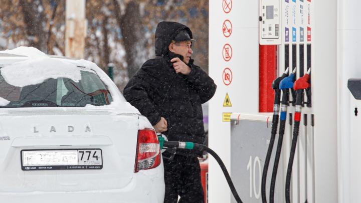 Цена бензина стремится к рекорду. Рассказываем, заправляться ли впрок в январе