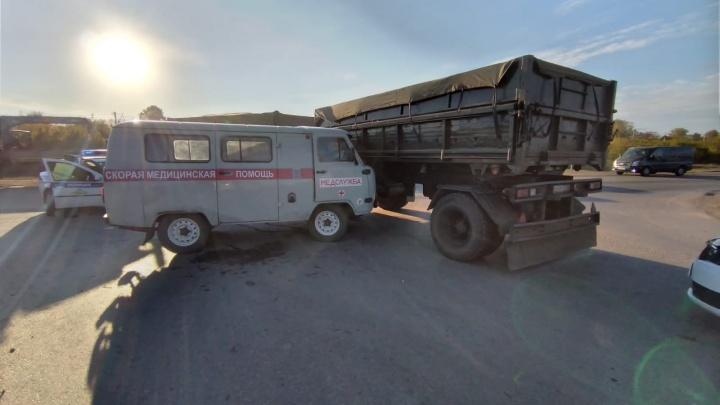 В Башкирии скорая врезалась в КАМАЗ, пострадали 9 медиков