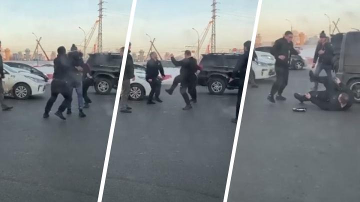На площади Труда сцепились таксист и водитель минивэна — на видео попала массовая драка