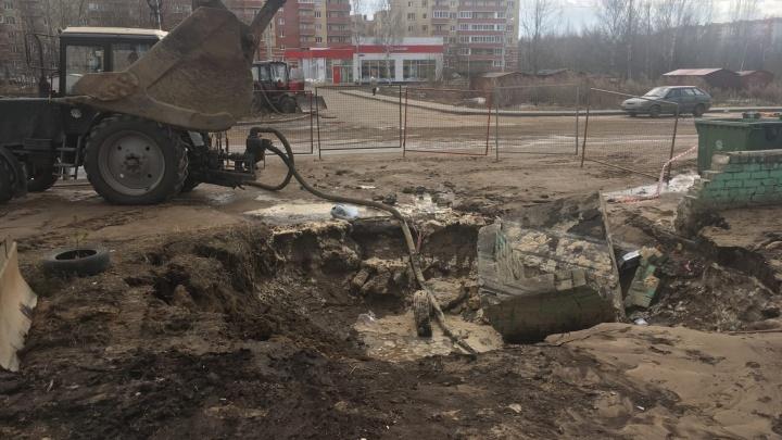 На дороге в Заволжском районе образовался провал. Видео