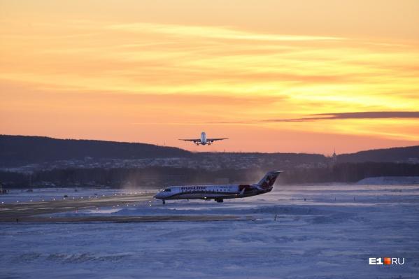 Сейчас в аэропорту Кольцово действуют две взлетно-посадочные полосы