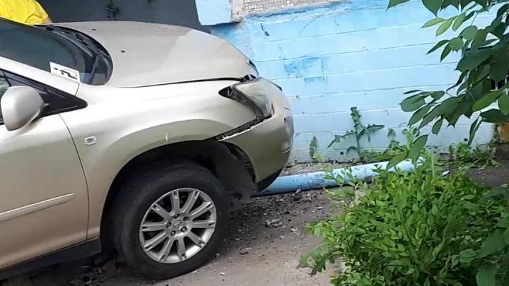 В Волгограде инвалид на Lexus въехал в подъезд девятиэтажного дома — видео