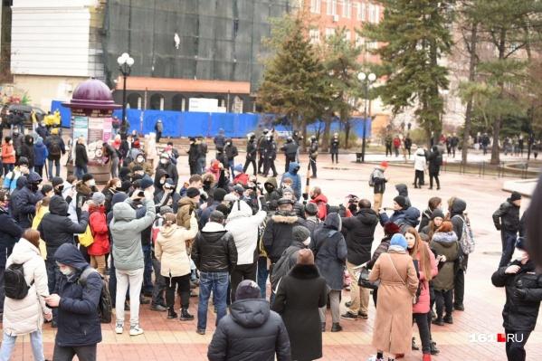 Люди собрались у Публички