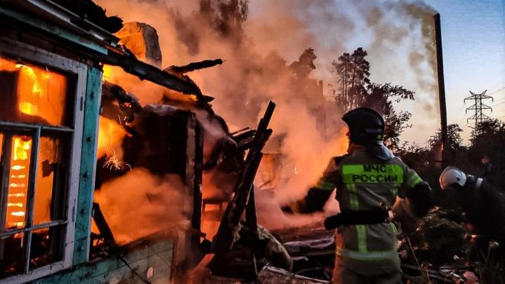 Под Екатеринбургом сгорели дома сразу в трех садовых товариществах: 15 страшных кадров с пожара