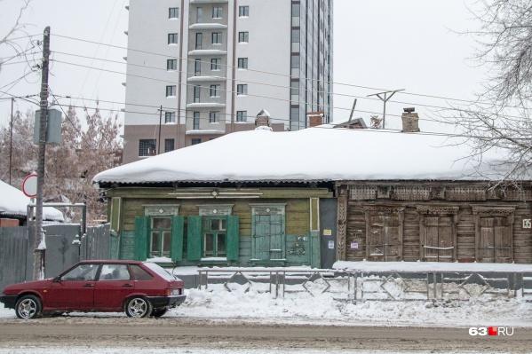 Нередко ветхие постройки соседствуют с новостройками