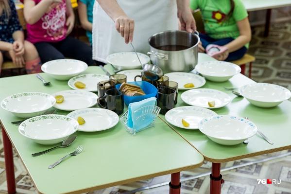 По СанПИНу детям в садиках положено четырехразовое питание