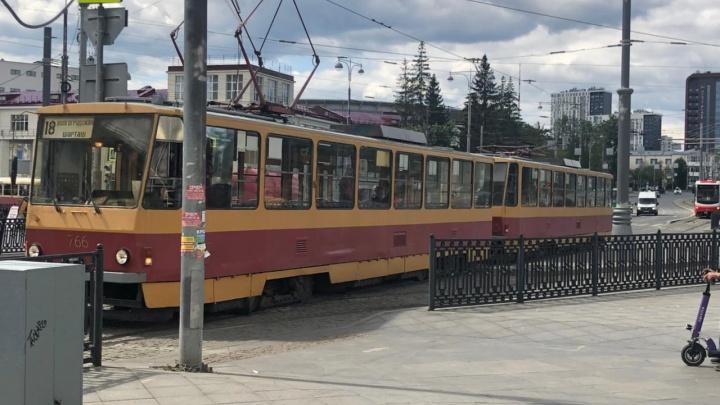 В центре Екатеринбурга остановили движение трамваев из-за пассажира, которому стало плохо