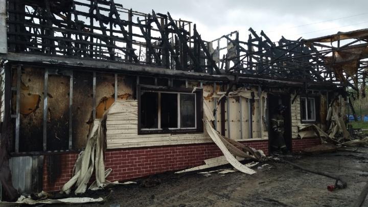 «Огонь вспыхнул, пока дочь спала»: пожар в частном доме на юге Волгограда тушили 2,5 часа