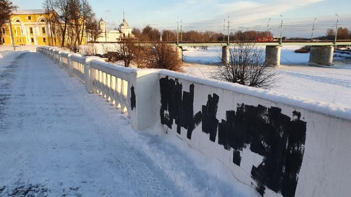 В Ярославле вандалы испортили забор на Которосльной набережной