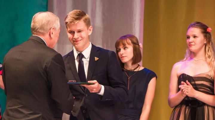 Правила награждения школьников медалями изменились в Югре
