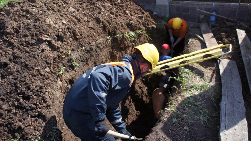 В Уфе двух рабочих, копавших траншею, завалило грунтом. Очевидец снял на видео момент их спасения