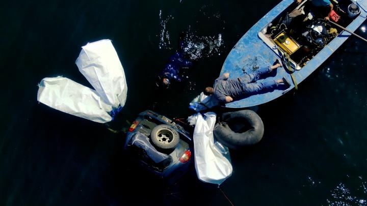Дайверы сняли на видео, как шесть часов вытаскивали из Тургояка утопленный рыбаками внедорожник